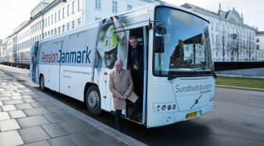PensionDanmark har netop lejet en bus, der de næste fem år skal køre rundt i hele landet og rådgive medlemmerne. På billedet står PensionDanmarks administrerende direktør Torben Möger Pedersen og 3F-formand Per Christensen.