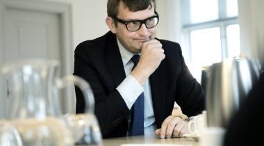 En arbejdsevne på fem timer om ugen ikke er en hindring for at opnå beskæftigelse og leve op til 225-timers reglen. Helt efter bogen, mener beskæftigelsesminister Troels Lund Poulsen (V).