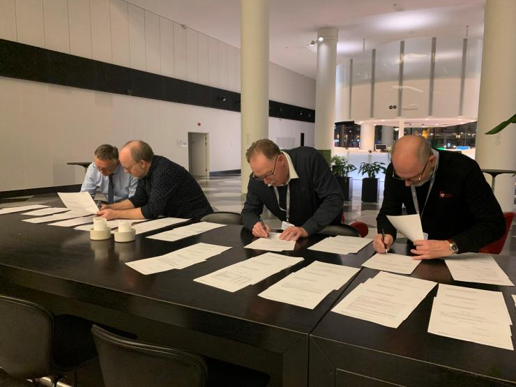 Natten til mandag underskrev topforhandlerne fra arbejdstagerne og arbejdsgiverne overenskomstforliget på mejeriområdet.