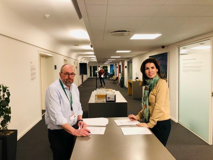Gruppeformand hos 3F Peter Kaae Holm og formanden for GLS-A, godsejer Helle Reed-Thott, underskrev natten til tirsdag en aftale om nye overenskomster til ansatte på det grønne område.