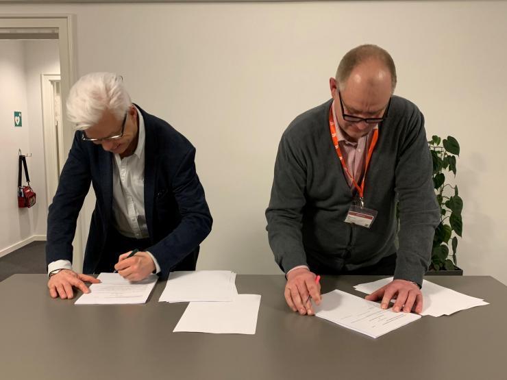 3F's topforhandler Flemming Grønsund (tv) og formanden for Danske Anlægsgartnere, Søren Sømod, underskrev aftalen overenskomst natten til fredag.
