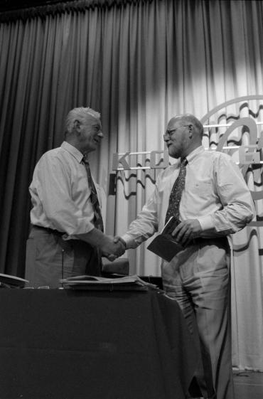 Hardy Hansen (tv.) ønsker Poul Erik Skov Christensen tillykke med formandsvalget på SID's kongres i 1995.