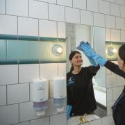 Rengøringsassistenter og portører på Aarhus Universitetshospital vil alle blive uddannet serviceassistenter.