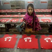 Tekstilarbejdere i Bangladesh kræver mere i løn. Trods mange års kamp er de stadig blandt verdens lavestlønnede.
