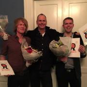 Journalisterne Asger Westh (yderst til venstre), Asger Havstein Eriksen og Morten Halskov er vindere af årets O-pris for afdækning af dødsulykker på jobbet.