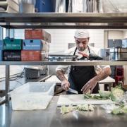 Som praktikant på The Diner indgår Farouq i hverdagen sammen med de andre ansatte.