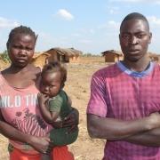 20-årige Cathrine Jonas har sæsonarbejde på tobaksmarkerne. Hun får mindre i løn end sin mand  og har ingen barselsorlov. Her er hun sammen med sin mand Sekio Nkhoma og deres etårige datter Emelinda.