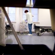Rengøringsassistenterne på hospitalerne bakker op om kritikken af besparelserne på hospitalerne. Tempoet er skruet helt op.