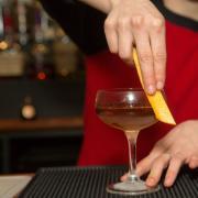 Ifølge et nyt lovforslag fra regeringen skal børn helt ned til 15 år fremover have lov til at servere alkohol.