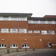 En politisk aftale skulle sikre, at der fra 2018 kunne optages elever på en ny politiskole i det vestlige Danmark. Skolens placering endte efter tovtrækkeri i Vejle. I dag oplyser Bygningsstyrelsen, at skolen i Vejle ikke bliver klar før 2020.