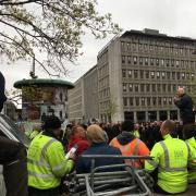 Her taler Thomas Strømsholt til de mange vrede stilladsarbejdere, der var mødt op foran forbundshuset i Kampmannsgade.