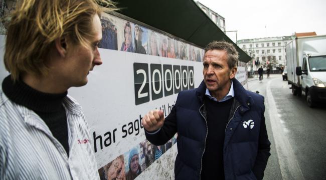 Murersvend Louis Jacobsen og 3F's formand Per Christensen ude foran kampagneskiltet ved Christiansborg Slotsplads.
