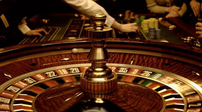 Efterlønspræmien skulle være mere sikker end gevinster på et casino, men der findes farlige finter i reglerne, har midtjysk specialarbejder fundet ud af.