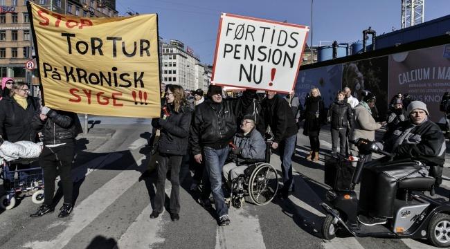 Her demonstrerer kontanthjælpsmodtagere imod kontanthjælpsloftet og 225-timersreglen på Rådhuspladsen i København.