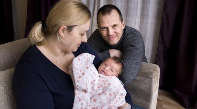 Talis Sneiders sammen med sin lille familie.