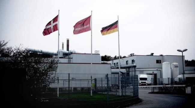 Det danske flag står side om side med det tyske på Danish Crowns fabrik i Essen i Nordtyskland. Men medarbejdernes forhold er langt fra både danske og tyske standarder,, fortæller medarbejdere.