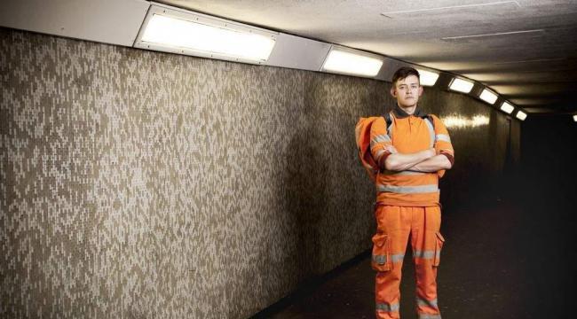Den 29-årige jord- og betonarbejder  Bill McKinstry arbejder i London på en såkaldt nultimers kontrakt uden garanti for timer. Antallet af usikre jobs uden rettigheder vokser i Europa, viser rapport fra Cevea.