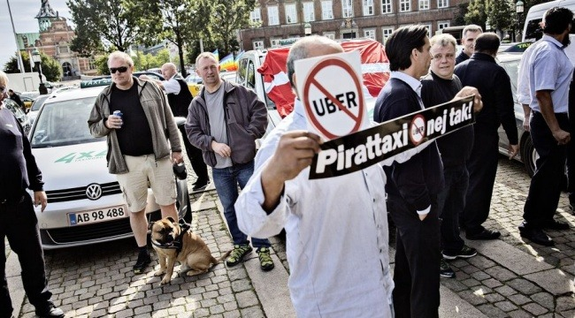 Det kan ende med, at en bødesag mod en Uber-chauffør må helt til Højesteret for at finde sin afgørelse, vurderer flere juraprofessorer. (Foto: Joachim Adrian/Polfoto)
