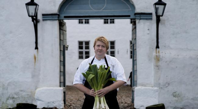 Køkkenchef fra Slotskøkkenet på Dragsholm Slot, Claus Henriksen, fik i dag den første Michelin-stjerne.