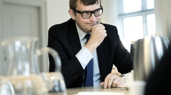 Beskæftigelsesminister Troels Lund Poulsen (V) er modstander af forslaget om at forlænge retten til dagpenge i udlandet fra tre til seks måneder.